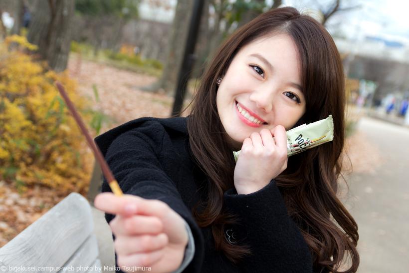 笑顔でポッキーを差し出す可愛い伊東紗治子