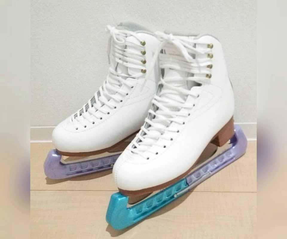 青野紗采のスケート靴