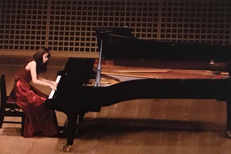 杉浦みずきピアノ演奏中