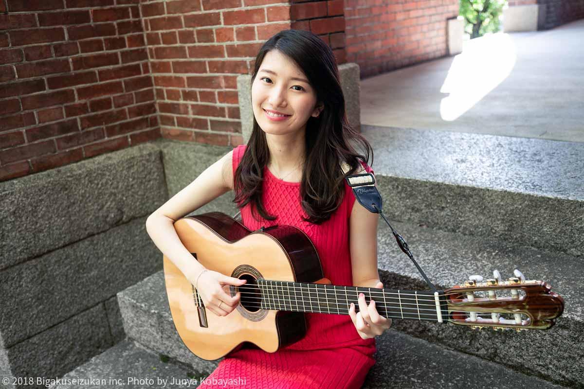 ギターを弾く吉村恵里子