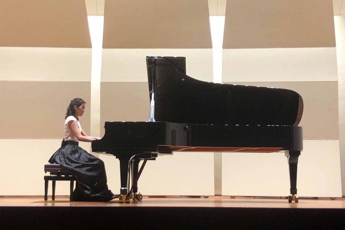ピアノの発表会中の大神めぐみ