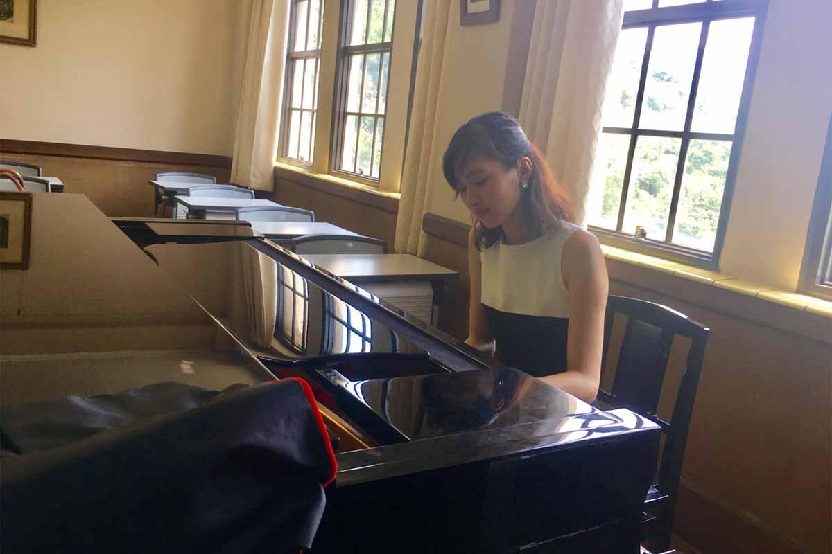 ピアノを練習中の大神めぐみ
