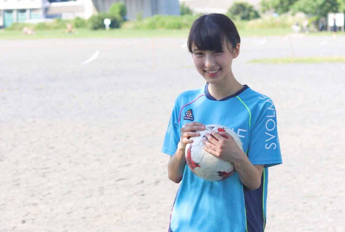 サッカーユニフォーム姿の白木愛奈