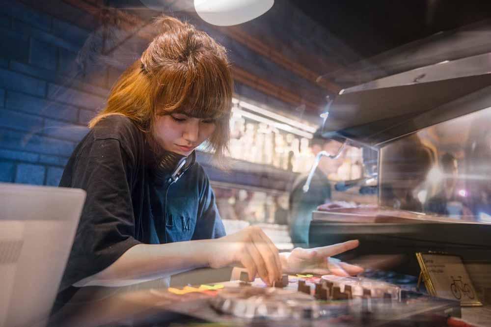 DJをする村岡紗綾