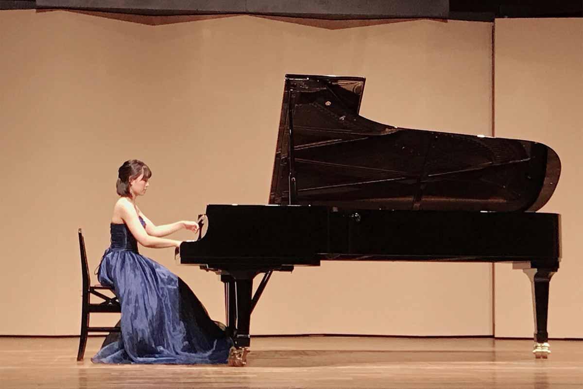 ピアノ演奏中の嶋田葵