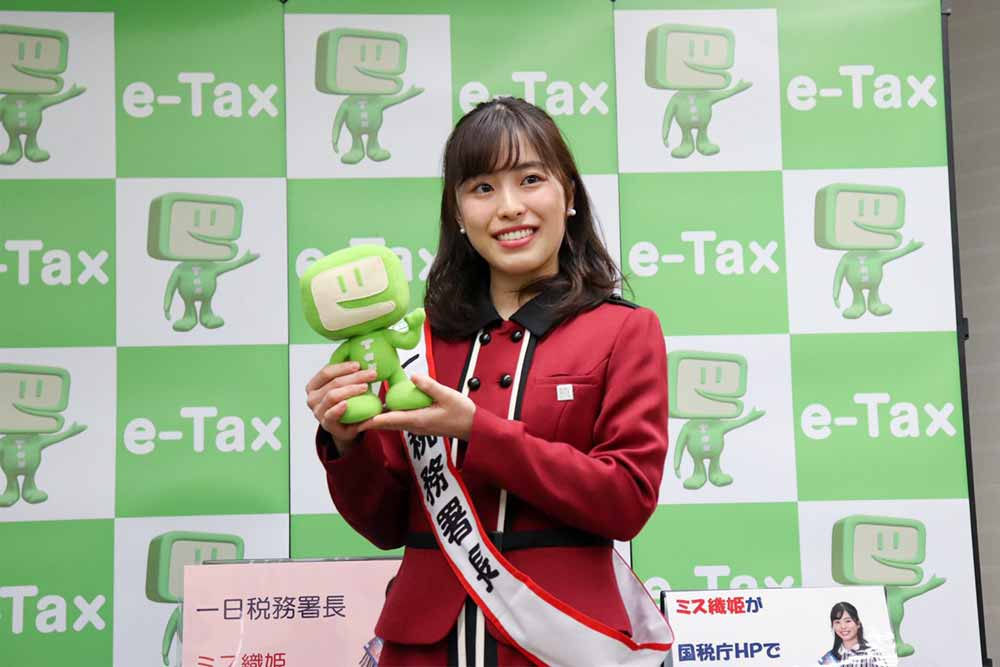 一日税務署長を務める富山詠美